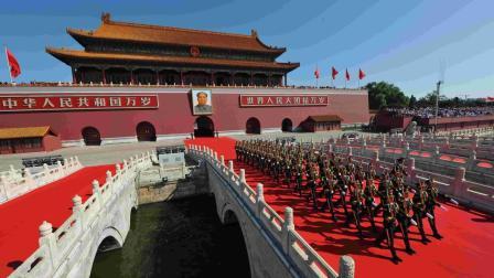 中国阅兵式上一次罕见失误, 却引来全球点赞, 这