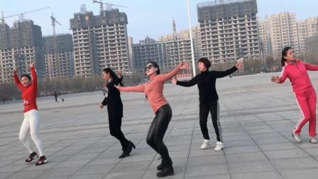 点击观看《公园一群人围观5位姐姐跳广场舞 潇洒走一回》