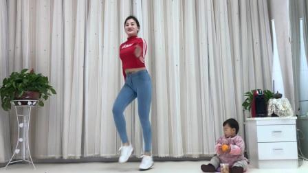 点击观看《青青世界广场舞 ThatGirl抖音神曲 抖音舞入门鬼步舞36步喜欢的点赞哦》
