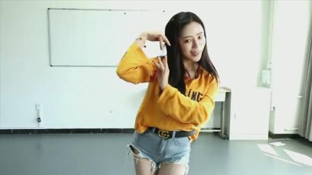 点击观看《电影学院的小姐姐面试舞蹈, 你们看到后面黄渤的老师了吗?》