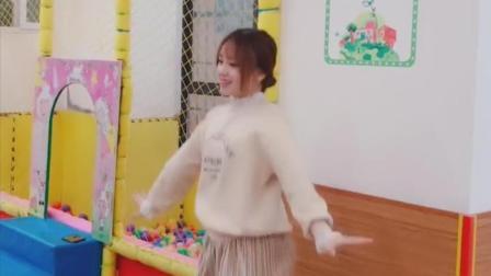 点击观看《幼儿园里的老师教舞蹈, 终于知道爸爸们为什么愿意接孩子了》