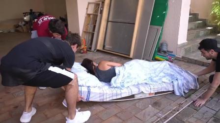 恶搞-将熟睡的女友放在豪车身后, 随即猛踩油门