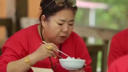妻子的味道: 中国婆婆吃韩国面片汤, 一边吃还一边盯着其他美食!