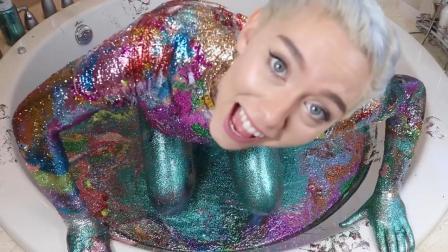 美女用50瓶荧光粉在浴缸画画  结果变成人体彩绘  网友  福利!