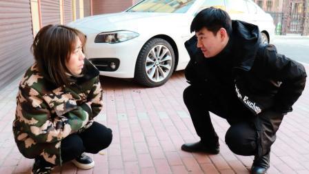 好心姑娘救助路边乞丐, 3年后一辆豪车停在门口, 改变了姑娘命运