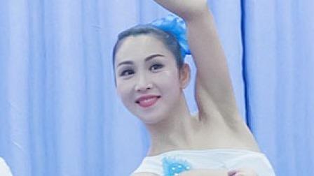 点击观看《民族舞 傣族组合 体态优雅的三道弯》