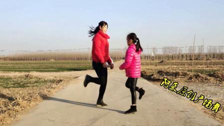 点击观看《一看就会的亲子16步初级曳步舞 阿尔山姑娘 让母女跟家融洽的舞蹈》