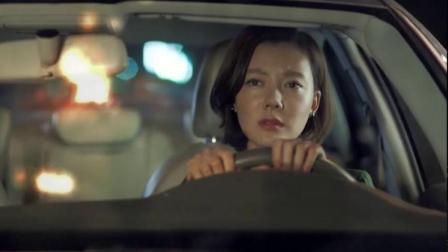 男子路边见出车祸,女子被卡在车里,男子奋力救出后自己走了!