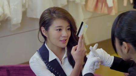 姑娘买衣服被瞧不起,不料姑娘掏出一张卡:没有密码,给我刷!