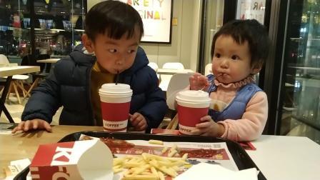 萌娃搞笑吃播 宝宝吃薯条视频 宝宝说分享食物是