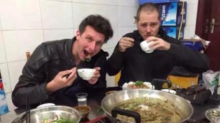 外国小伙从不吃猪蹄, 当遇到重庆猪蹄火锅, 无法拒绝, 好满足!