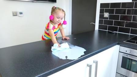 每次熊孩子把家里弄脏了, 妹妹都会立刻去打扫干净, 小家伙可真懂事, 棒棒哒! !