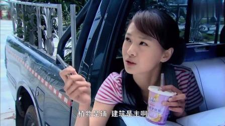 女孩给搬花的舅舅当小工,边喝奶茶边坐在车上指挥他,真搞笑