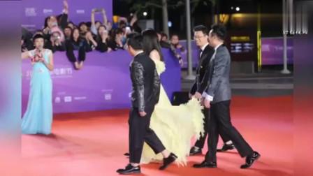 """王宝强帮舒淇提裙子很开心, 全程露出""""傻根式""""笑容, 真的好呆萌啊"""