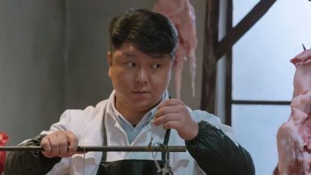 小伙嫌卖肉的刀法不行,让人家少切点肥肉,最后还少给人家钱!