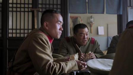 小孩看见桌上的手枪,一眼就看出这是什么款式,士兵:不要乱摸!
