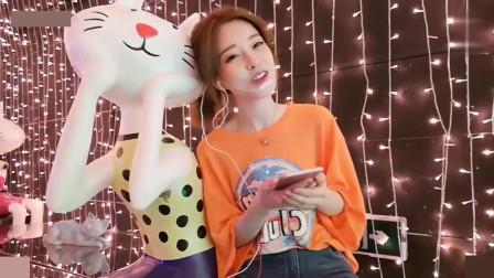 橘色冯提莫在猫模特身边翻唱《学猫叫》, 哪个更可爱
