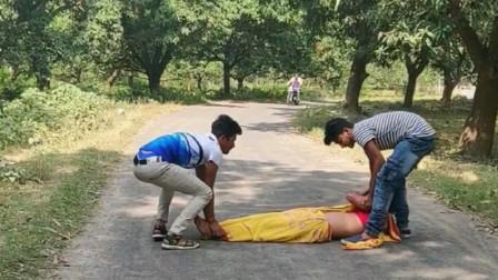 恶搞: 两个印度小伙当街强抢民女, 吓的男朋友都不敢说话了