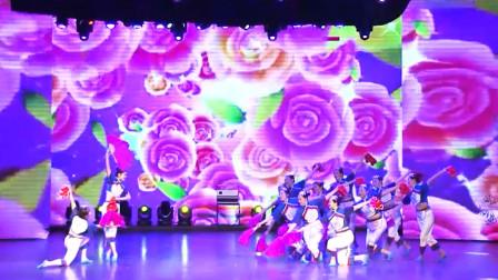 点击观看《大东北的秧歌广场舞 第七套秧歌 好喜庆的扇子舞秧歌系列》