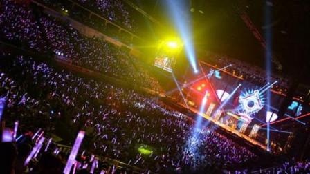 不愧是歌坛天王, 这样的演唱会除了他没人能办到, 一生太风光了