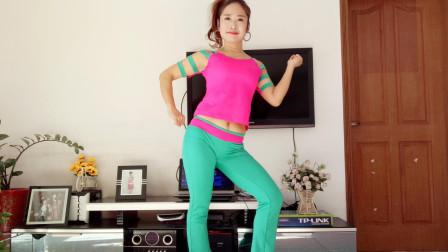 点击观看《静静广场舞 经典老歌《世界第一等》腰胯锻炼32步 编舞: 杨丽萍》