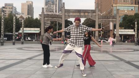 点击观看《黄港鬼步舞 小伙鬼步舞跳的太带劲了, 飘来飘去的, 有点凌波微步的感觉!》
