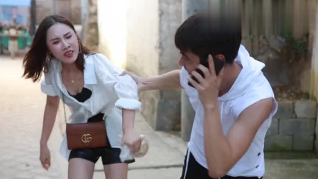 搞笑视频: 奇葩男子大街强拉美女当女朋友