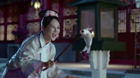 姑娘肚子饿,竟偷偷出来抓鱼吃,不料背后喊:偷鱼,原来是鹦鹉!