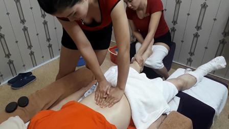 越南按摩店 两位女按摩师一起进行全身按摩服务