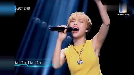 梦想的声音: 短发女孩热情演唱歌曲, 真的很不错, 声音很有穿透力