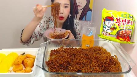 韩国大胃王美女挑战吃一大盆火鸡面, 辣得嘴都肿