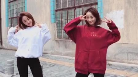 点击观看《双胞胎姐妹在一起就开始跳舞, 还是红衣服的小姐姐跳的更好》