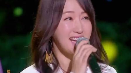 杨钰莹一身白色公主裙仙气十足, 活力四射的演唱, 简直迷倒众生!