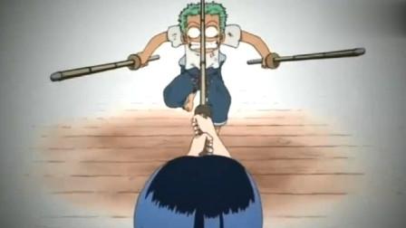 海贼王: 索隆小时候就是九刀流, 但还是免不了挨一顿揍