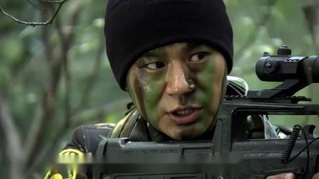 战友不小心踩住地雷,何晨光做出这样的举动,不愧是战友!