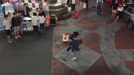 韩国青年街头打架, 场面堪比武打片, 动作帅气有特色