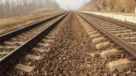 为什么火车铁轨下要铺碎石, 而高铁轨道就不用? 看完大开眼界!