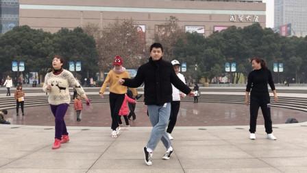 点击观看《黄港鬼步舞 小伙街头跳鬼步舞, 舞步魔性, 难道这就是传说中的凌波微步?》