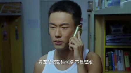 小伙跟女友讲电话,听到敲门声,开门竟看到电话那头的人站在面前