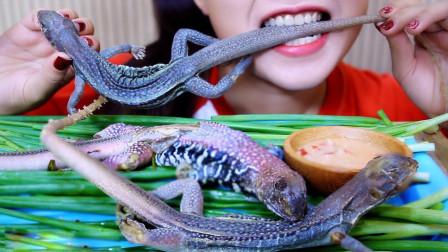 美女吃重口味美食——沙鬣蜥, 肉质有弹性韧劲, 网友: 飞到越南吃一回!