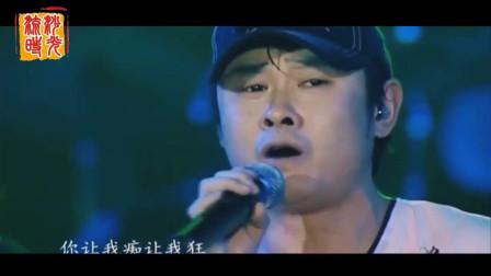 消失多年后的刀郎再次演唱《披着羊皮的狼》, 热泪盈眶, 唱到一半就落泪了