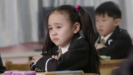 同学们观看灾区新闻,小萝莉却冲着电视喊爸爸,班里同学惊讶了