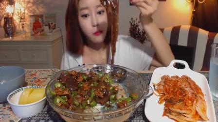 韩国萌妹子吃货, 吃起来太过瘾了, 一直往嘴里塞!