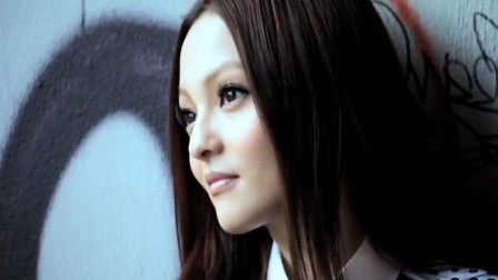 她曾是华语乐坛最火的女歌手, 被自己的母亲坑了, 90后听她的歌长大!