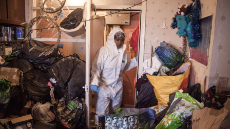 女子将近10年没打扫过房子, 垃圾堆满每个角落, 发出恶臭被投诉!