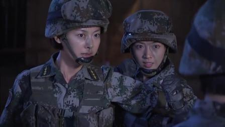 两个女兵因口角动手,男兵们非但不阻止,还在旁边看得大呼过瘾!