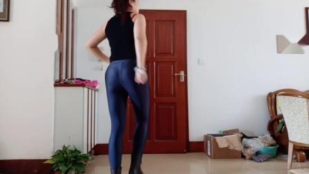 点击观看《王一丹广场舞 紧身黑色健美裤大妈跳自由舞》