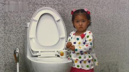 小伙炫耀女兒會倒水了,老婆不信,進門一看,女兒正在馬桶邊上