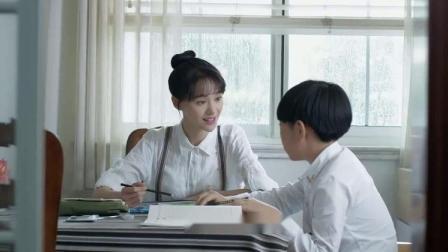 灰姑娘耐心地辅导小男孩功课,甜美的笑容,简直太可爱了!