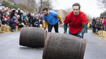 英国举办另类接力比赛, 推着大木桶往前跑, 选手跑步姿势五花八门!